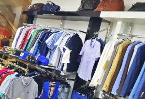 Чёрн-белые стеллажи для одежды