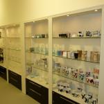 Производство стеклянных стеллажей шкафов для магазин интерьерных товаров
