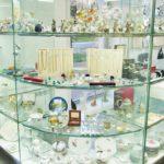 Гнутое стекло в выставочной витрине