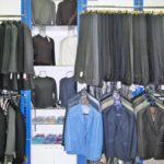 Развеска брюк и пиджаков в магазине