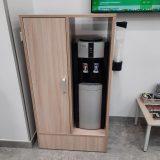 Шкаф для хранения чая и кофе возле кулера в офисе